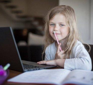 PAribas Bank przekazał laptopy potrzebującym dzieciom