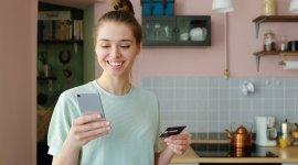 Jak bezpiecznie płacić kartą, smartfonem i w internecie?