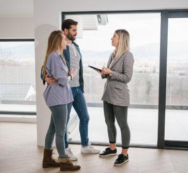 Odbioru technicznego mieszkania możesz dokonać samodzielnie. Jeżeli nie masz doświadczenia w kwestiach związanych z budownictwem, możesz wynająć do pomocy fachowca, na przykład doświadczonego majstra lub inżyniera z uprawnieniami inspektora.